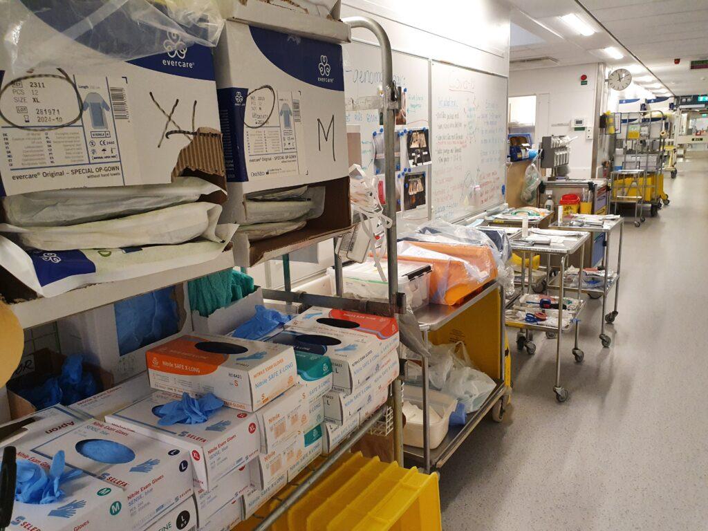 En kaotisk korridor inne på kliniken med saker överallt.