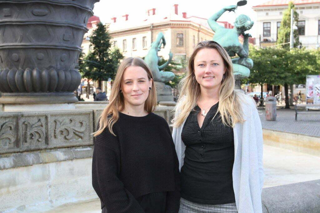 Annika Hofstedt och Amanda Lindskog som jobbar på mottagningen står utanför mottagningen, på Järntorget