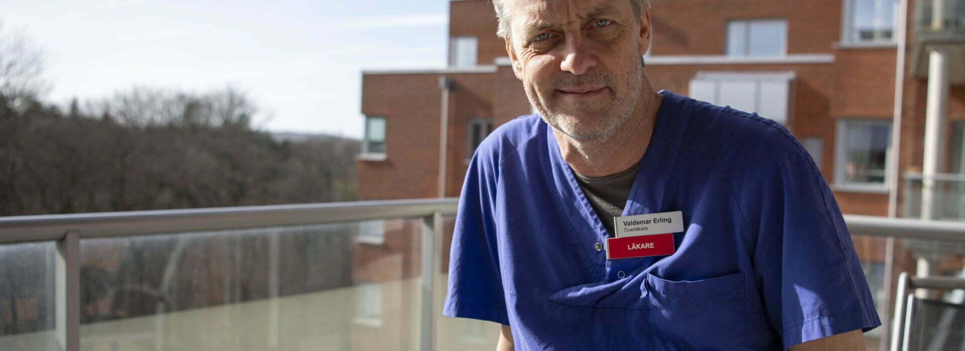 Valdemar Erling i läkarkläder på en balkong.