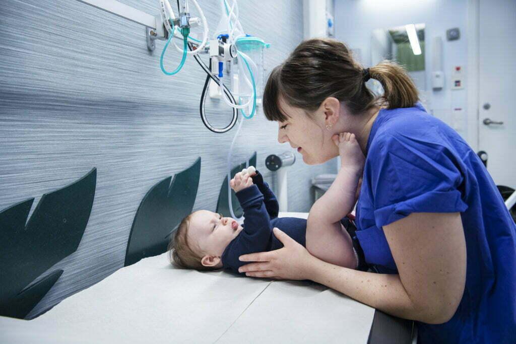 sjuksköterskan Ida Horst undersöker en bebis