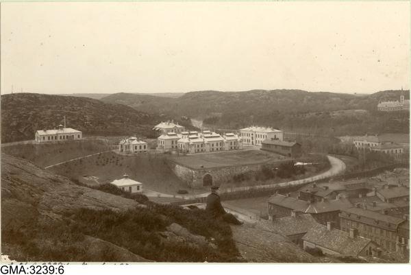 epidemisjukhusets många vita byggnader ligger som utslängda i en helt obebodd trakt - i dag Linnéplatsen.