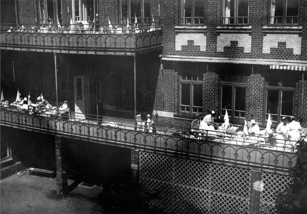 Sköterskor tar hand om sina patienter ute på balkongerna.