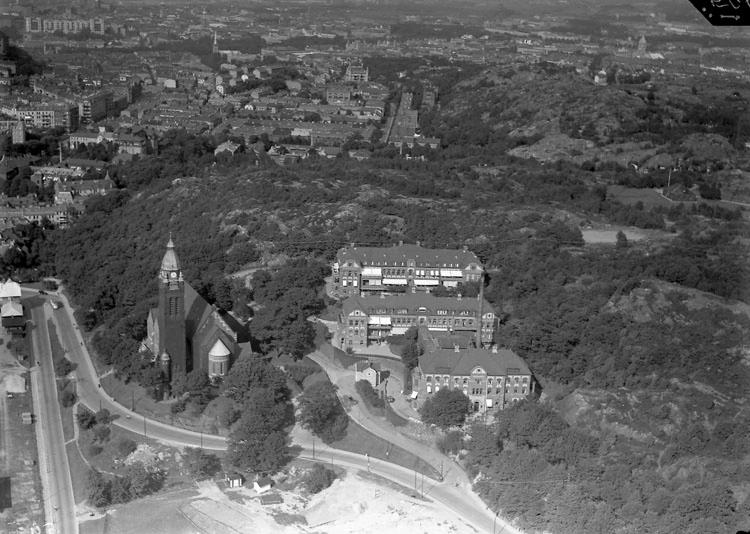 barnsjukhuset sett från ovan, tre byggnader intill Annedalskyrkan med skog runt om.